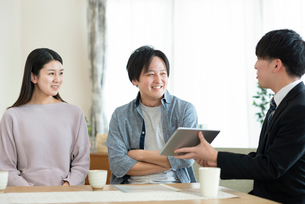 ビジネスマンと話をする夫婦の写真素材 [FYI03045077]