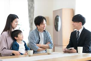 ビジネスマンと話をする家族の写真素材 [FYI03045079]