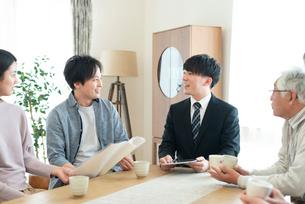 ビジネスマンと話をする2世代家族の写真素材 [FYI03045080]
