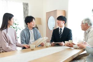 ビジネスマンと話をする2世代家族の写真素材 [FYI03045081]