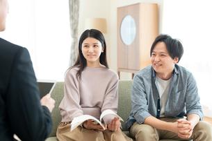 ビジネスマンと話をする夫婦の写真素材 [FYI03045084]
