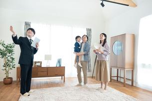部屋の内見をする家族の写真素材 [FYI03045089]