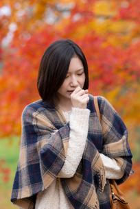 咳き込む女性の写真素材 [FYI03045110]