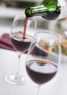 赤ワインを注ぐの写真素材 [FYI03045149]