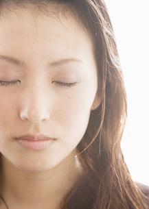 目を瞑る女性の写真素材 [FYI03045201]