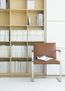 本棚と椅子の写真素材 [FYI03045255]