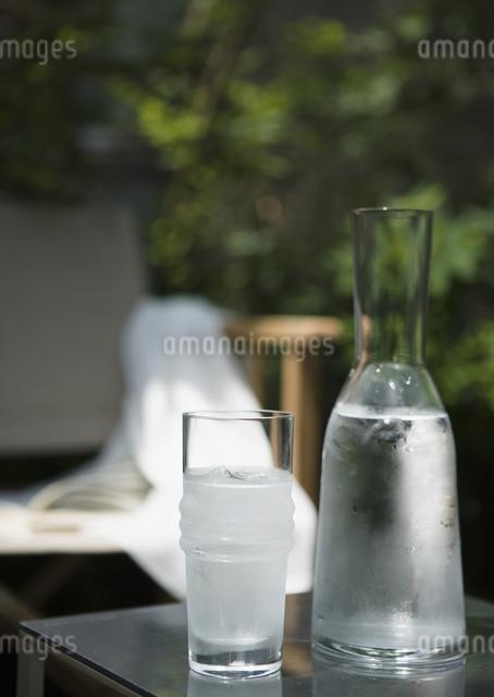 カラフェとガラスコップの写真素材 [FYI03045270]