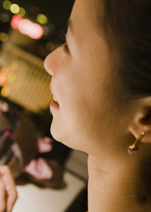 女性の横顔の写真素材 [FYI03045658]