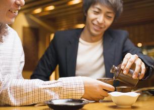 日本酒を注ぐ男性の写真素材 [FYI03045676]