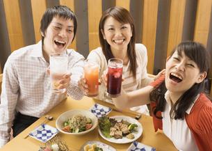 飲み会をする若者たちの写真素材 [FYI03045697]