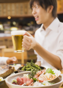 居酒屋でビールを飲む男性の写真素材 [FYI03045712]