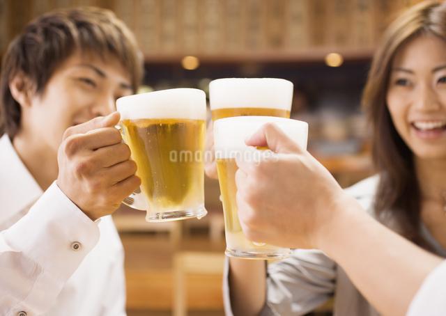 ビールで乾杯をする若者たちの写真素材 [FYI03045715]