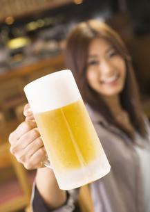 ビールを持つ女性の写真素材 [FYI03045719]