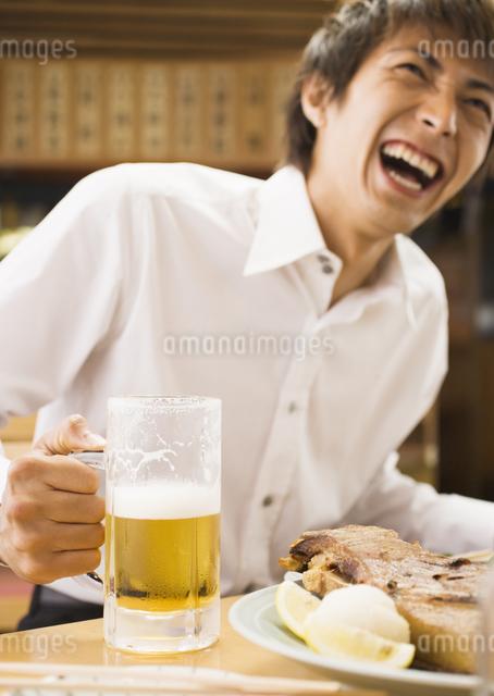居酒屋でビールを飲む男性の写真素材 [FYI03045720]