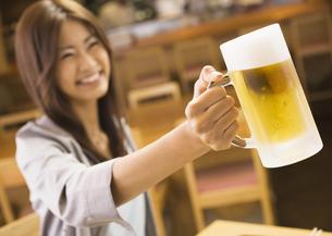 ビールを持つ女性の写真素材 [FYI03045724]