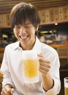 ビールを持つ男性の写真素材 [FYI03045727]