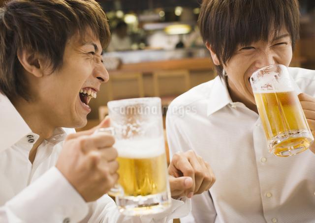居酒屋でビールを飲む男性の写真素材 [FYI03045729]