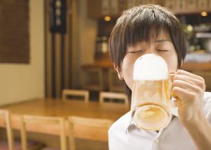 ビールを飲む男性の写真素材 [FYI03045732]