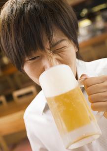 ビールを飲む男性の写真素材 [FYI03045733]