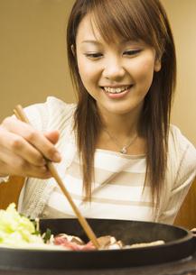 牛すき焼きを食べる女性の写真素材 [FYI03045773]