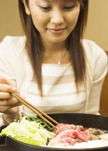 牛すき焼きを食べる女性の写真素材 [FYI03045775]
