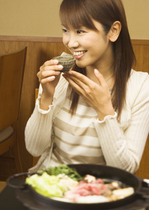 日本酒を飲む女性の写真素材 [FYI03045788]