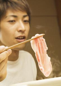 豚しゃぶを食べる男性の写真素材 [FYI03045792]