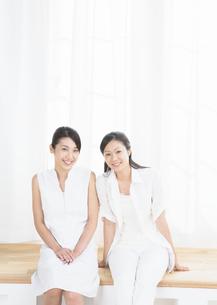 二人の若い女性の写真素材 [FYI03045922]