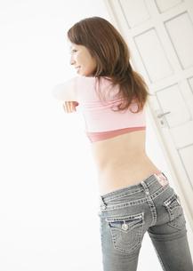 着替える女性の写真素材 [FYI03045984]