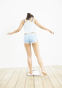 体重計に乗る女性の写真素材 [FYI03046038]