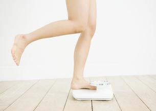 体重計に乗る女性の写真素材 [FYI03046041]