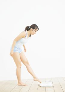 体重計に乗る女性の写真素材 [FYI03046045]