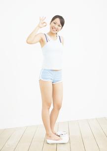 体重計に乗る女性の写真素材 [FYI03046046]