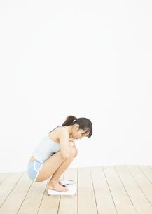 体重計に乗る女性の写真素材 [FYI03046049]
