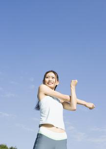ストレッチをする女性の写真素材 [FYI03046285]