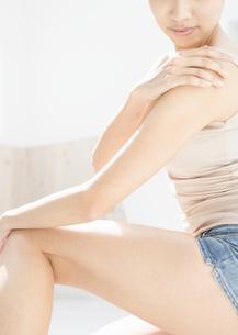 マッサージをする女性の写真素材 [FYI03046321]
