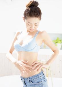 ダイエットをする女性の写真素材 [FYI03046327]
