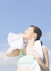 汗を拭く女性の写真素材 [FYI03046355]