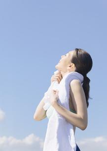 汗を拭く女性の写真素材 [FYI03046358]