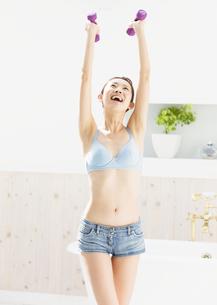 ダンベル体操をする女性の写真素材 [FYI03046385]