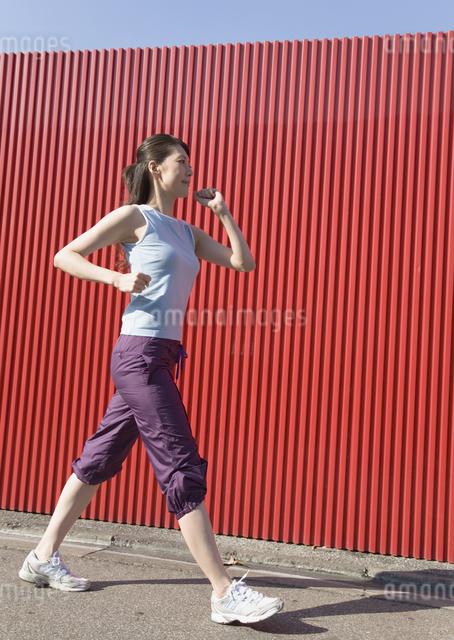ウォーキングをする女性の写真素材 [FYI03046386]