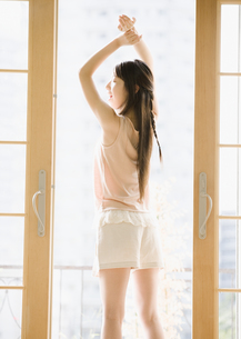 若い女性の写真素材 [FYI03046410]