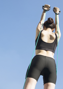 筋トレをする若い女性の写真素材 [FYI03046444]