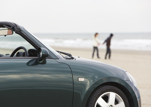 オープンカーと砂浜の写真素材 [FYI03046492]