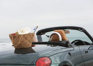 オープンカーと鞄の写真素材 [FYI03046499]
