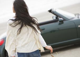 女性と車の写真素材 [FYI03046500]
