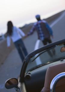オープンカーと散歩するカップルの写真素材 [FYI03046510]