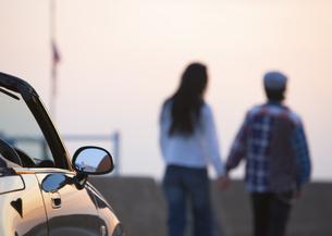 オープンカーとカップルの写真素材 [FYI03046516]