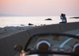 護岸ブロックに座るカップルの写真素材 [FYI03046519]