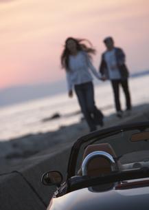 車とカップルの写真素材 [FYI03046521]